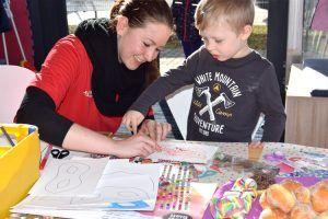 Kundenbetreuerin Juliane Kumstel unterstützt die Kinder gerne beim Basteln der Faschingsmasken.
