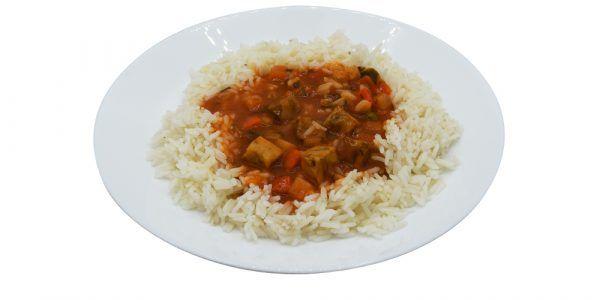 Mediterrane Fischpfanne Seelachswürfel in Tomatensauce mit Zucchini, Erbsen und Möhren, dazu Reis