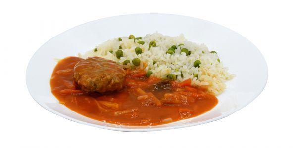 Boulette und helle Tomatensauce mit Gemüsestreifen dazu Risi-Bisi